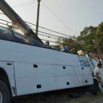 Xe khách du lịch đâm vào cột điện nhiều người bị thương