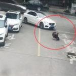 Em bé bị xe ô tô chèn thẳng qua người nhưng không xây xước