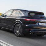 Porsche Cayenne đời mới bị xe chở bê tông đổ đè nát xe