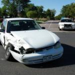 Xe ô tô đang đi sang đường không xi nhan bị xe khách tông nát đuôi