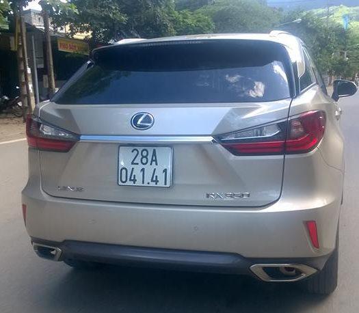 Lại 1 xe Lexus RX350 giá bán hơn 4 tỷ đồng ở Hòa Bình.