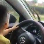 Người mẹ ngốc cho con trai 4 tuổi lái Mazda CX5 trên đường phố