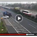 Audi A4 sang đường ẩu ở cao tốc khiến 2 xe tải bị lật