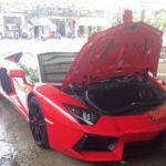 Chủ siêu xe Lamborghini mui trần vất vả đóng mui khi mưa to ở Hà Nội