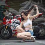 Hút mắt người đẹp bên xe mô tô đẹp