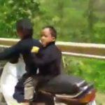 Bố mẹ cho con 3 tuổi đèo xe máy phóng tốc độ cao để nổi tiếng ?