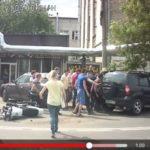 Đi xe mô tô đâm vào đuôi xe SUV rồi văng người vào gầm xe
