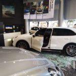 Người đàn ông lao thẳng Porsche Cayenne vào đại lý xe vì không hài lòng