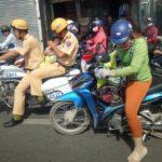 2 cảnh sát giao thông chở em bé đi cấp cứu gây xúc động