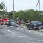 Bán tải đâm đổ cột điện khiến dây điện trùm lên ô tô phía sau