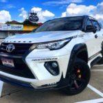 Cặp Toyota Fortuner độ sơn trắng đen 2 màu như Land rover