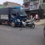 Xe máy bị tai nạn cắm vào đầu xe tải
