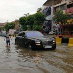 Loạt ảnh xe sang ngập nước lũ giữa đường phố