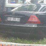 Mercedes biển 99A – 999.99 bị vứt bỏ trên gốc cây ?
