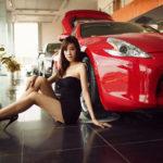 Chân dài nóng bỏng bên Nissan 370Z giá 3,1 tỷ đồng