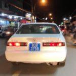 Lái xe biển số xanh giả hụ còi ưu tiên khai xe của dịch vụ cho thuê