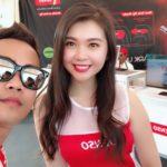 Tùng Giang chụp ảnh cùng nhiều chân dài khi đến chơi Malaysia