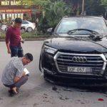 Audi Q5 mất lái tông Mercedes và vài xe máy