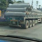 Xe đầu kéo chở hàng chục ống bê tông lớn khá nguy hiểm trên đường