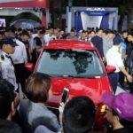 Video hàng ngàn người xếp hàng để chiêm ngưỡng xe ô tô VinFast tuyệt đẹp, giá rẻ