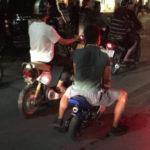 Thanh niên đi xe mô tô ruồi cổ vũ bị tạm giữ xe ?