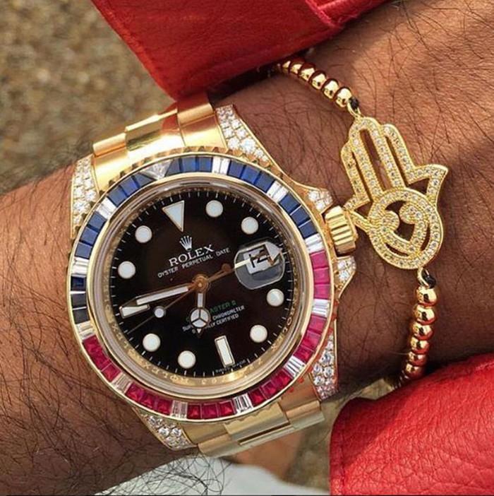 Khoe xe cộ, đồng hồ đắt tiền