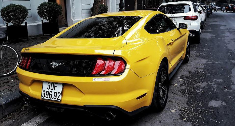 Đuôi xe ford Mustang màu vàng thể thao ở Hà Nội