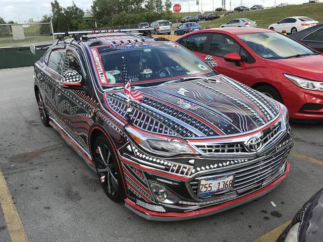 Xe Toyota độ Camry siêu sặc sỡ