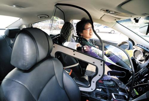 Lái xe taxi Việt Nam lắp vách ngăn
