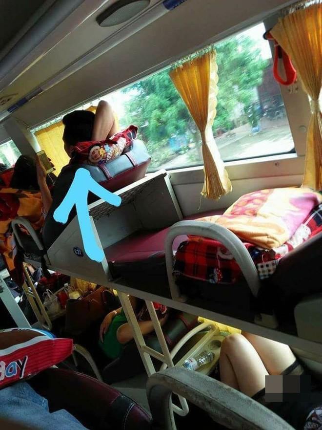 Ngủ phơi người trên xe