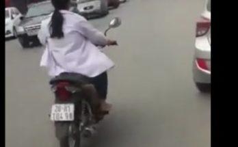 Nữ sinh lái xe môtô