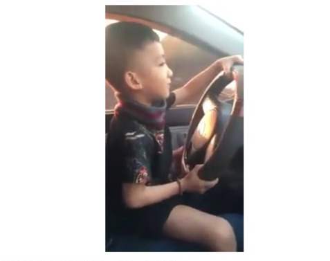 Bố dạy con trai lái xe đường xóc khiến nhiều người phẫn nộ