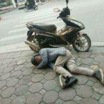 Video Nam thanh niên say rượu đi xe máy đọc thơ giữa đường