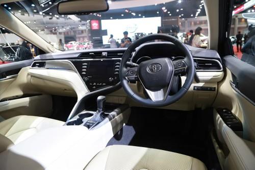 Toyota Camry 2019 được đánh giá đẹp và thể thao hơn. Tuy nhiên nhiều chuyên gia nhận thấy nó rất giống bản 2010 đẹp Nhất Mới