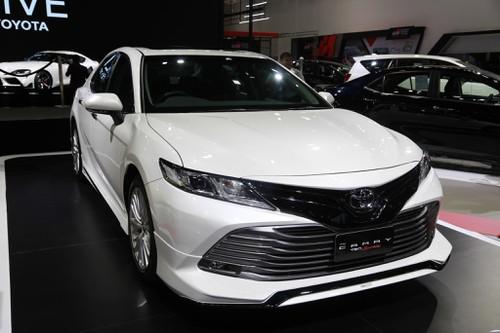 Toyota Camry 2019 được đánh giá đẹp và thể thao hơn. Tuy nhiên nhiều chuyên gia nhận thấy nó rất giống bản 2010 đẹp