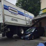 Tài xế xe tải quên kéo phanh. Xe tự đi đâm vào nhà dân