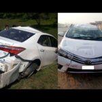 Toyota Altis mới cứng dừng đèn đỏ bị xe tải tông mất đuôi