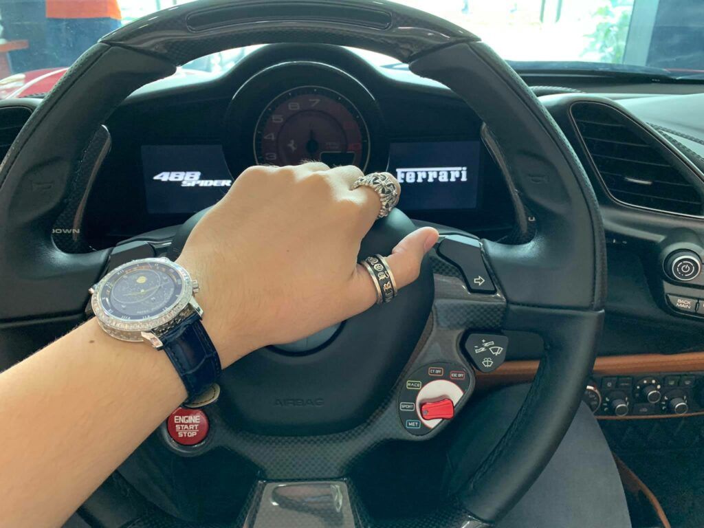 Lái siêu xe đeo đồng hồ khủng