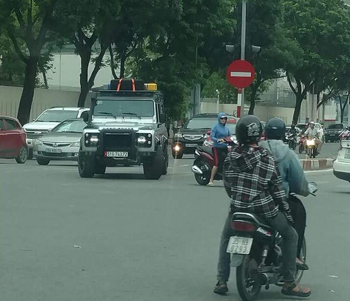 Land rover trên phố Việt