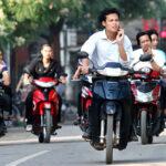 Những hình ảnh đi xe máy không đội mũ bảo hiểm trên phố