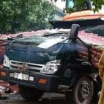 Tài xế xe tải tử vong do xe cao làm sập cổng làng