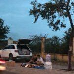 Hai nam thanh niên lái Mercedes GLC đi bán hàng rong