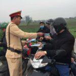 CSGT ở Nghệ An phát khẩu trang cho người đi đường