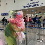 Nhiều người cẩn thận còn mặc cả áo mưa ra sân bay