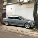 BMW gây choáng vì đỗ giữa 2 cây hẹp
