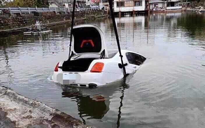 Bentley rơi xuống hồ nước