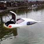 Xe siêu sang Bentley 15 tỷ rơi xuống hồ