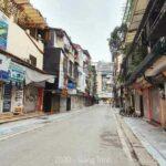 Đường phố Hà Nội vắng vẻ ít người qua lại