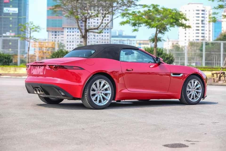 Nhìn ngang thân xe Jaguar đời mới