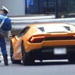CSGT đạp xe đuổi theo Lamborghini Huracan vi phạm để xử phạt